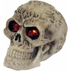 Keltischer Totenkopf mit roten Augen
