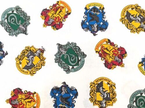 Harry Potter Escuela crestas en Blanco 100/% Algodón Cuarto Gordo la mitad o todo Metro