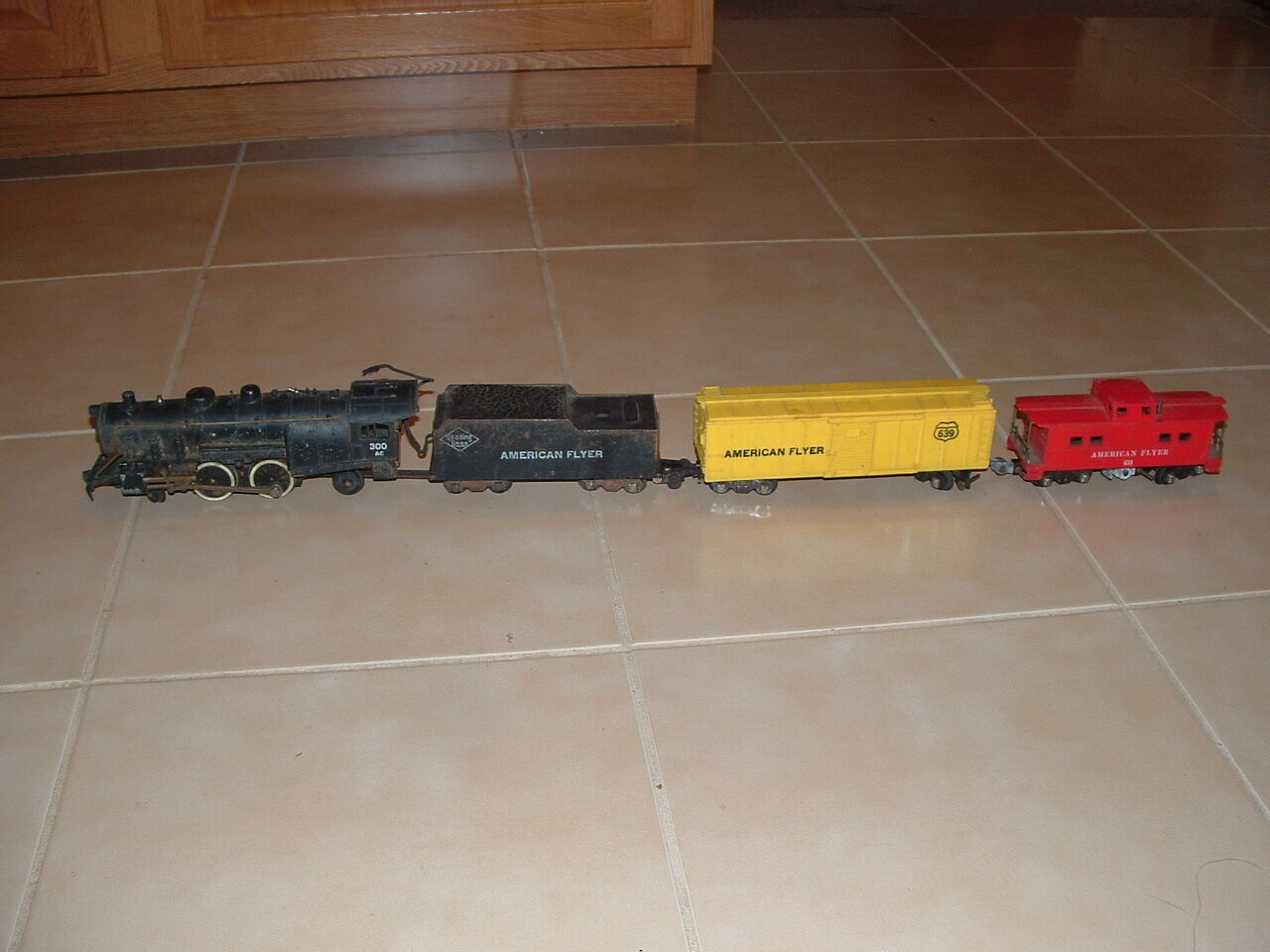 American Flyer  Antique Engine Reading Lines Lines Lines 300 AC, Coal Car and Caboose 94499a