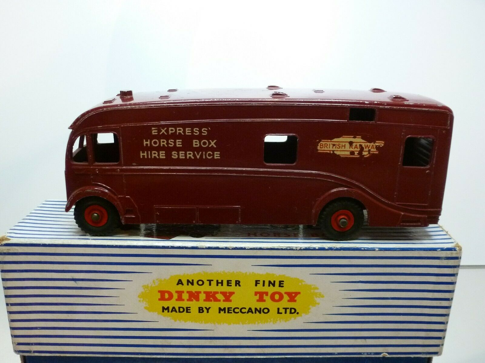 DINKY SUPERTOYS 981 HORSE BOX -  MAROON L17.5cm - GOOD CONDITION IN BOX  plus d'ordre