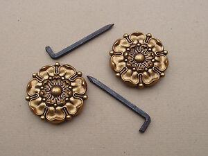 Ancienne-paire-de-rosaces-pour-tableaux-en-laiton-Louis-XVI-tres-grands