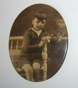 Photo ovale enfant assis sous glacoide montée sur métal - 7,3 cm x 5,5 cm - BE