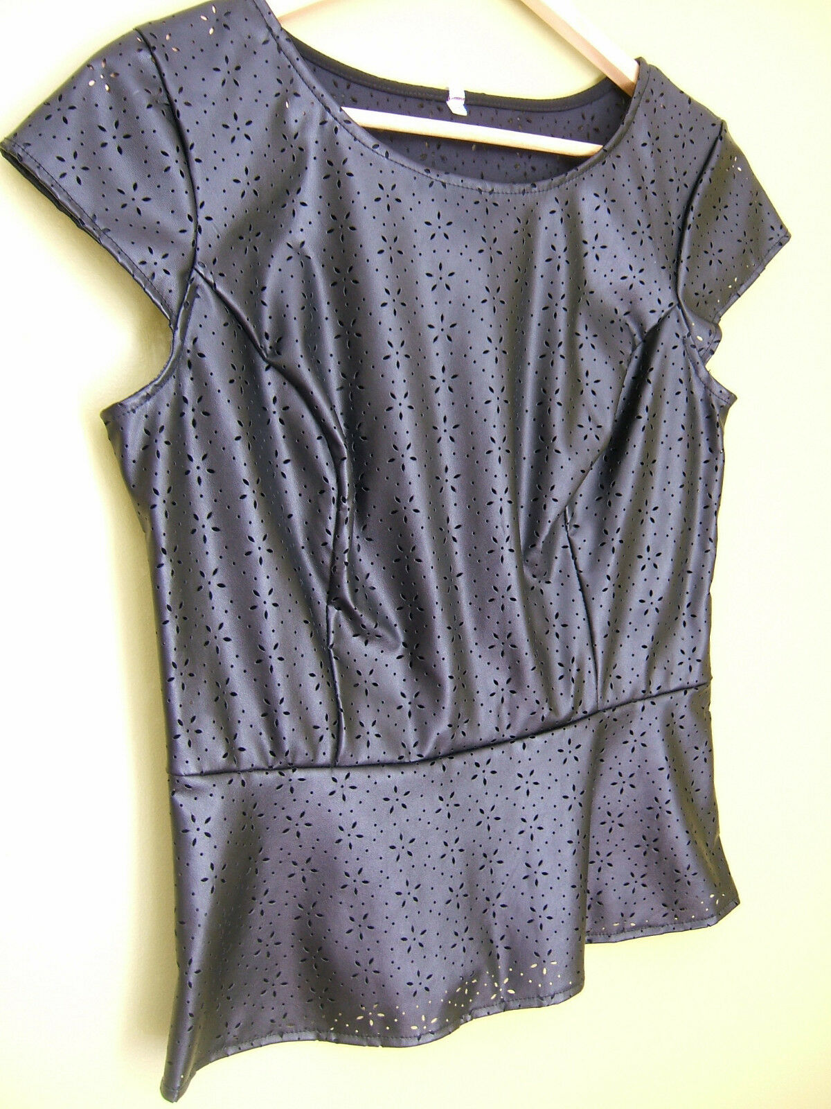 NEW Willow & Clay schwarz Faux Leather Perforated Laser Cut Out Peplum Top M