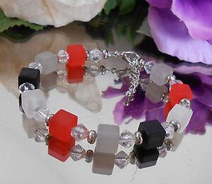 Wuerfel-Armband-in-matt-Glas-Rhomben-in-Rot-Schwarz-Grau-Weiss