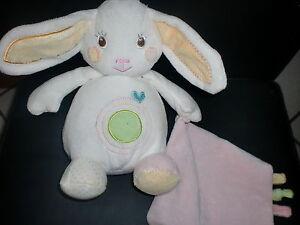 doudou-peluche-lapin-blanc-vert-mouchoir-rose-etiquettes-AUCHAN
