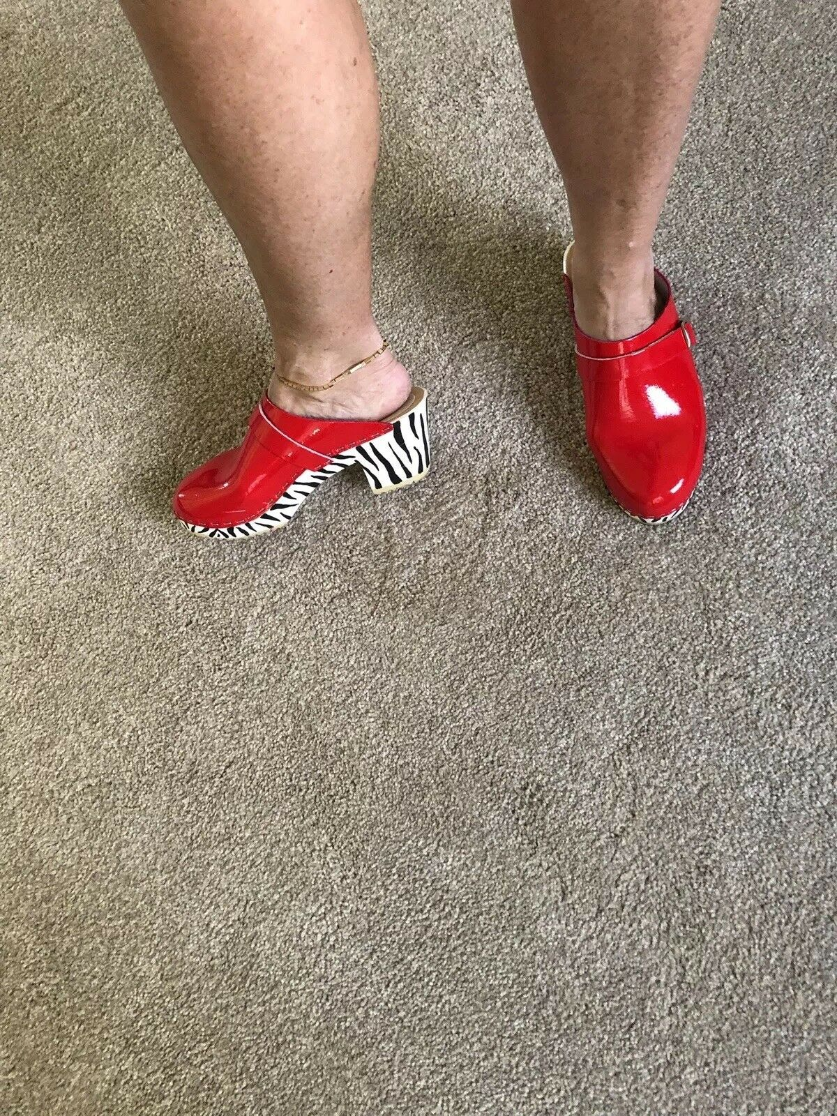 ONE OF A KIND Red Patent Patent Patent Leather Clogs w  HandPainted Zebra Heels   Size 38 8b56ac