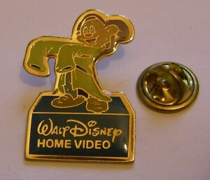 DOPEY-Snow-White-and-the-seven-Dwarfs-vintage-pin-badge-Disney-Home-Video