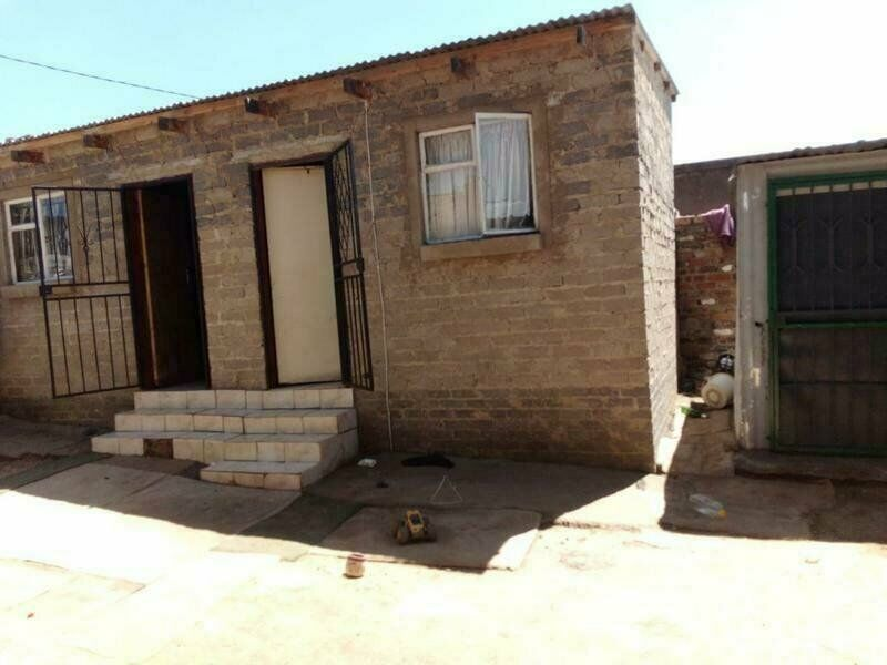 Rdp house for sale in diepsloot for R450000 with 3 outside rooms in the yard