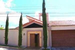 Moderna y Amplia Residencia en Loma Verde