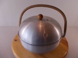 Vintage-USA-Made-Mirro-034-The-Finest-Aluminum-034-Pot-With-Lid-amp-Wooden-Handle-3508-M