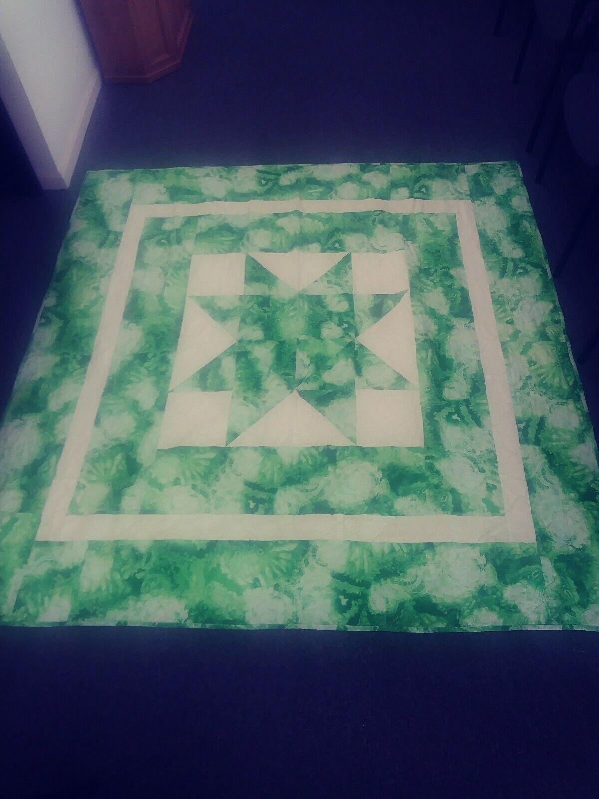 """Handmade Modern Throw Quilt 72.5"""" x 73"""" Grün Weiß Tie Die EUC"""