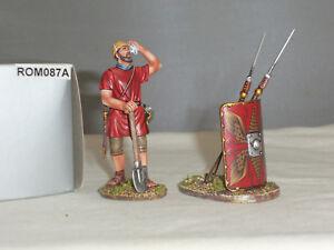 Thomas Gunn Rom087a Ingénieur légionnaire romain avec une pelle essuyant le bouclier des sourcils