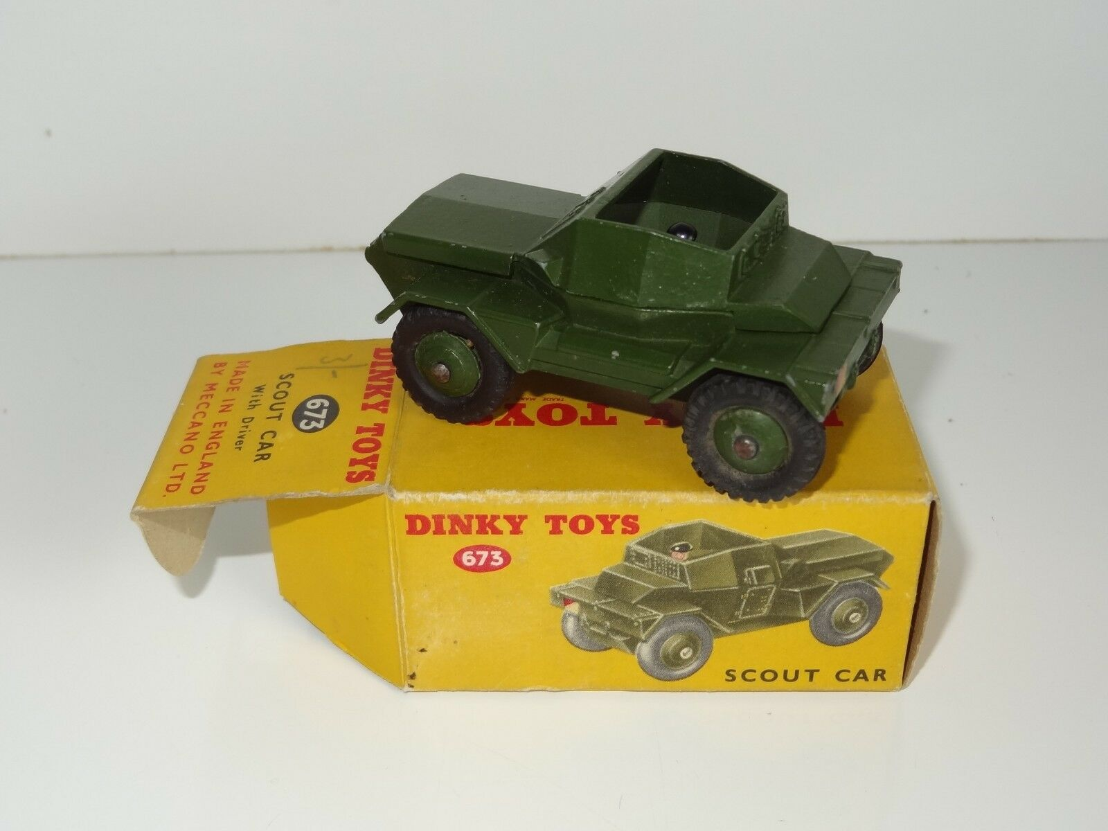 (KB) Dinky MILITARY ARMY SCOUT CAR WITH DRIVER - 673