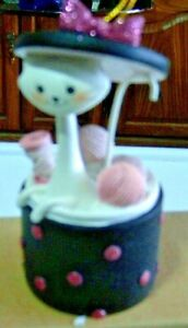 Christmas-Ornament-Playful-Pals-Cat-in-Hat-Box-w-Balls-of-Wool
