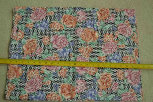 """By-the-Half-Yard M4894 45/"""" Wide Floral on Black /& White Linen-Look Cotton"""