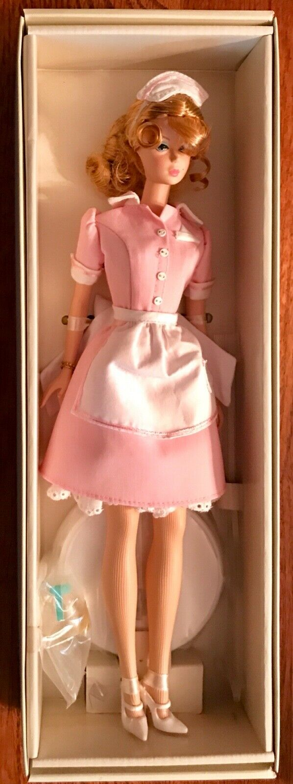 Barbie Silkstone  la camarera oro Label 2005  J8763 nunca quitado de la caja