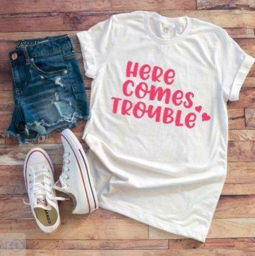 Cute Here Comes Trouble  Women/'s White T-shirt Cool Funny Shirts// Gift ideas