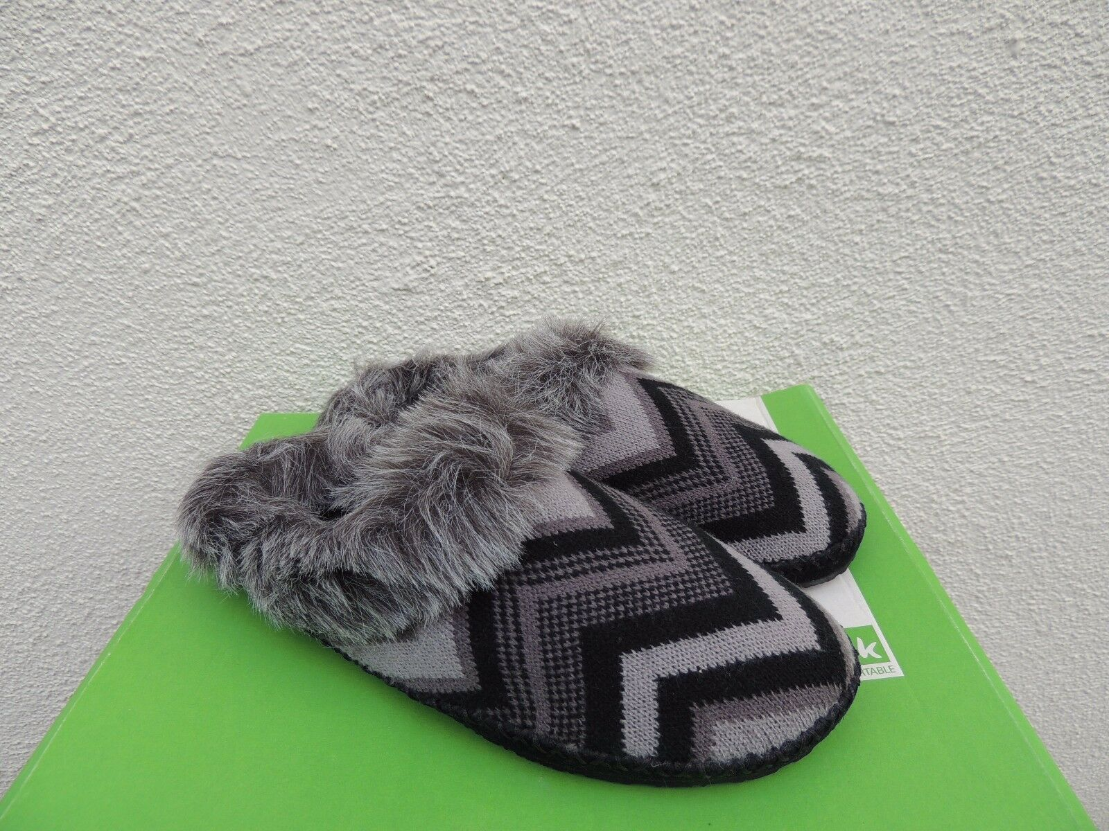 SANUK WILLOW PILLOW BLACK CHEVRON FAUX FUR SLIPPERS, WOMEN US 7  EUR 38 NEW
