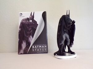 Batman-Black-and-White-kelley-jones-statue-Second-Edition