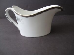 WEDGEWOOD-BONE-CHINA-SILHOUETTE-GRAVY-BOAT-SAUCE-BOAT-SILVER-NWT