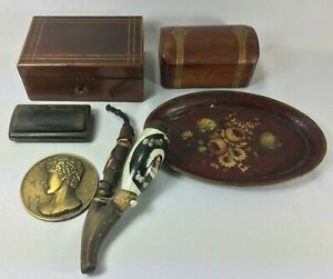 OBJETS-VITRINE-BOITE-CHARLES-X-PIPE-MEDAILLE-PROFIL-BOTTE-CUIR-TABATIERE-H-44