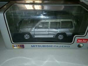 Mitsubishi Pajero 3.5 V6 Argent Sunstar 1:18 en boîte