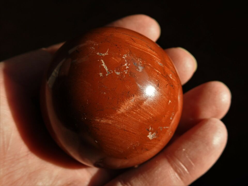 Smykker og sten, Rød jaspis kugle. Diameter 4,8 cm