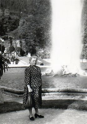 100218# Foto - 6/14 Schloß Linderhof - Am Brunnen 058# Reine WeißE