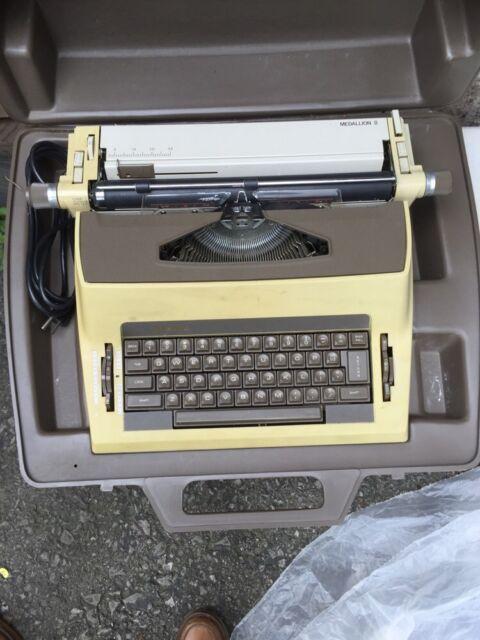 VINTAGE Royal SP-9000 Medallion II Vintage Typewriter with case