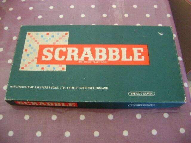 Vintage lanzas Scrabble Con Estantes De Azulejo De De De Madera 81eaef