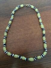 Collana con imitazione di pietre dure colori avorio/bianco/nero.
