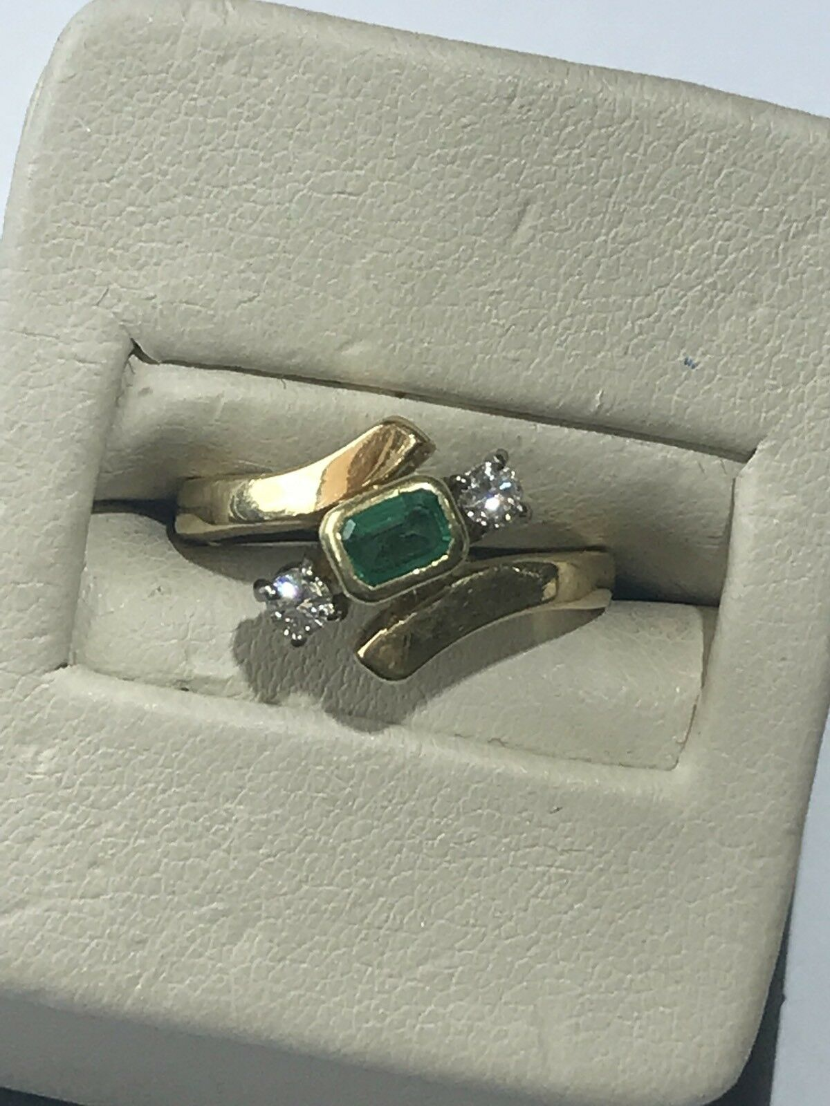 Beautiful Handmade 18KT Yellow gold 750 Swirl Emerald & Round Diamond Ring