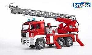 Bruder-02771-MAN-Feuerwehr-Drehleiter-mit-Wasserpumpe-und-Light-und-Sound-Modul