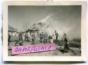 Foto : WH-Soldaten brennen ein Haus ab im Dorf Prischib / Ukraine im 2.WK