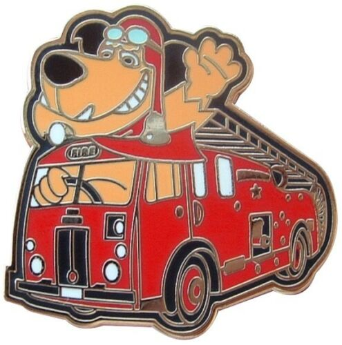 MUTTLEY DRIVES THE OLD TIME FIRE BRIGADE FIRE ENGINE ENAMEL PIN BADGE