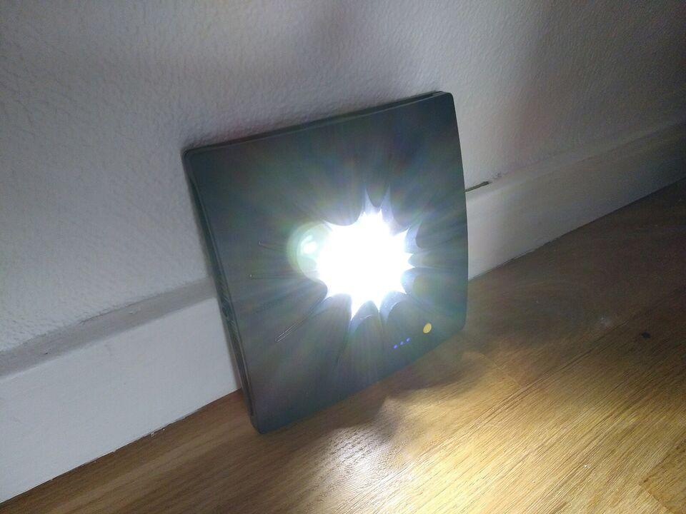 Solcelledrevet oplader af mærket Little Sun Cha...