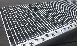 Industrie-Gitterroststufe-mit-Antrittskante-1000x270x-30-10-Tragstab-35-2mm-R11