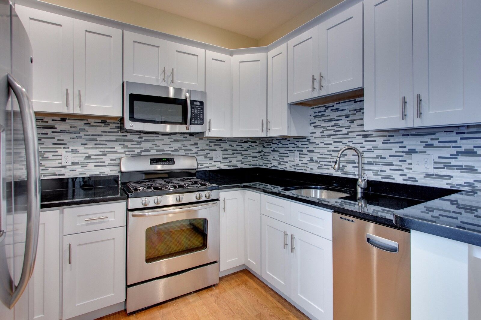 10\' x 10\' White Shaker Kitchen Cabinets