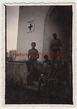 (F9909) Orig. Foto deutsche Soldaten in Unterhose vor Eingang Lazarett 1930/40er