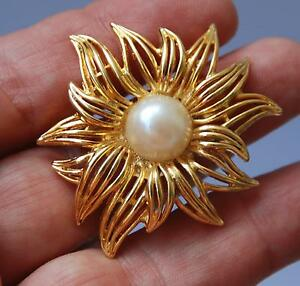 VINTAGE-Gold-Tone-Flower-Shaped-Brooch-Pin-w-Pearl