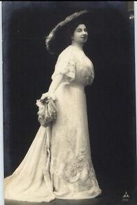 Kuenstler-AK-1911-huebsche-Frau-Postkarte-Elegantes-Kleid-Toller-Hut-Bekleidung