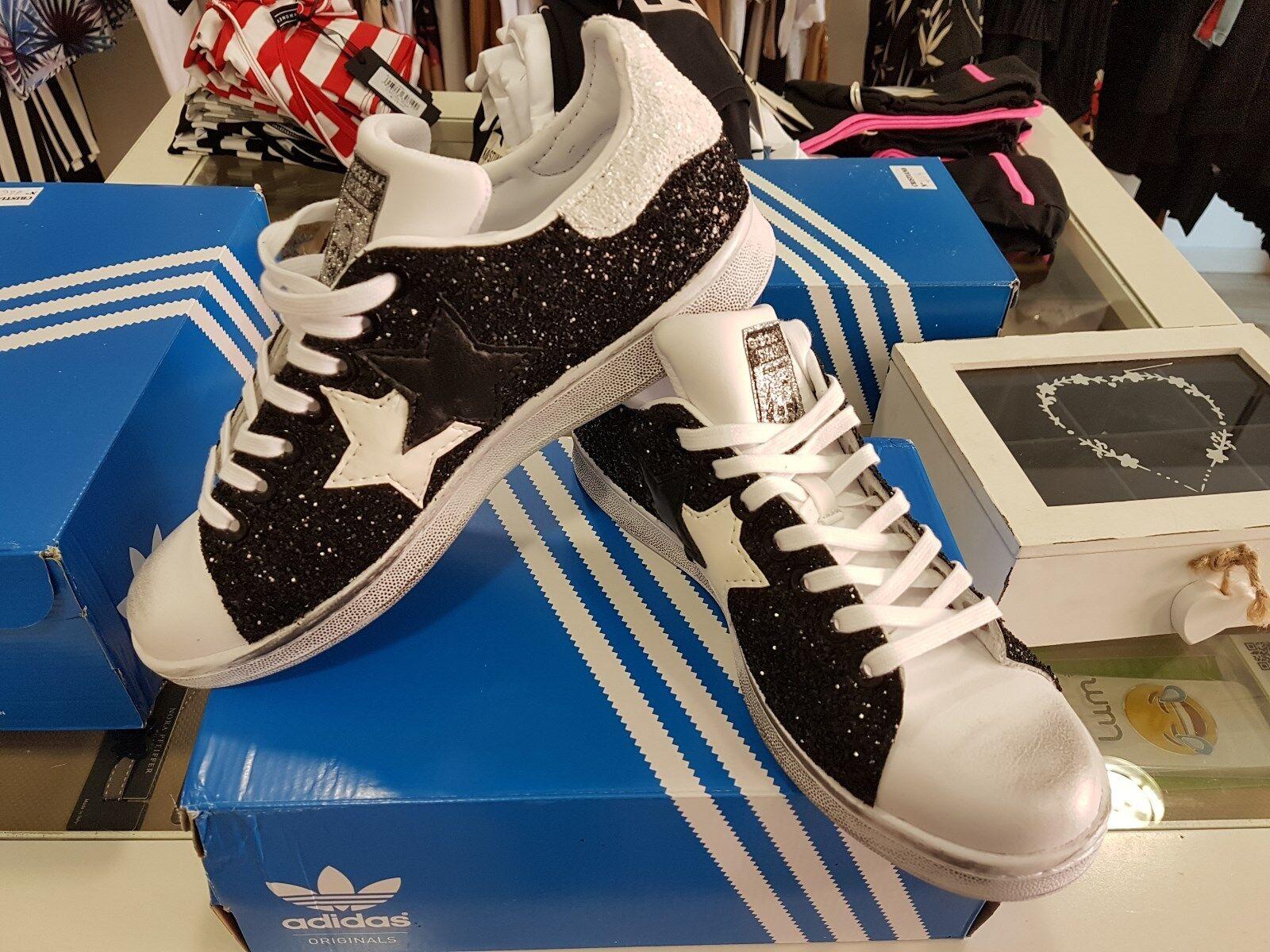 scarpe adidas stan smith  con glitter nero ai lati e due stelle una nera e una b