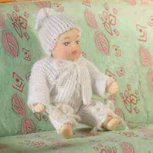 DéTerminé Poupée De Maison De Poupées échelle 1/12th Moderne Bébé En Blanc Babygro-afficher Le Titre D'origine