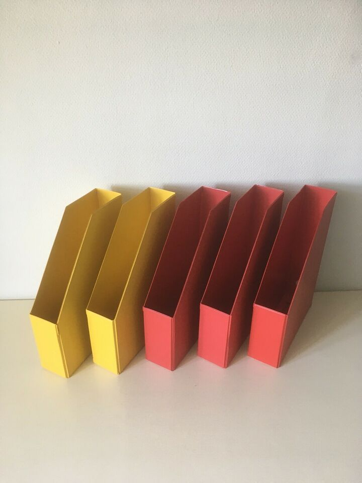 5 Tidsskriftholdere: 2 i gul plast, 3 i rød pla...