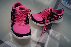 check out 23a17 8df2b Das Bild wird geladen NIKE-FREE-RUN-2-Damen-Schuhe-Sneaker-Fitness-
