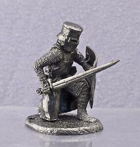 Zinnfigur Kn-3 mittelalterliche Krieger mit einem Schwert und Schild bewaffnet