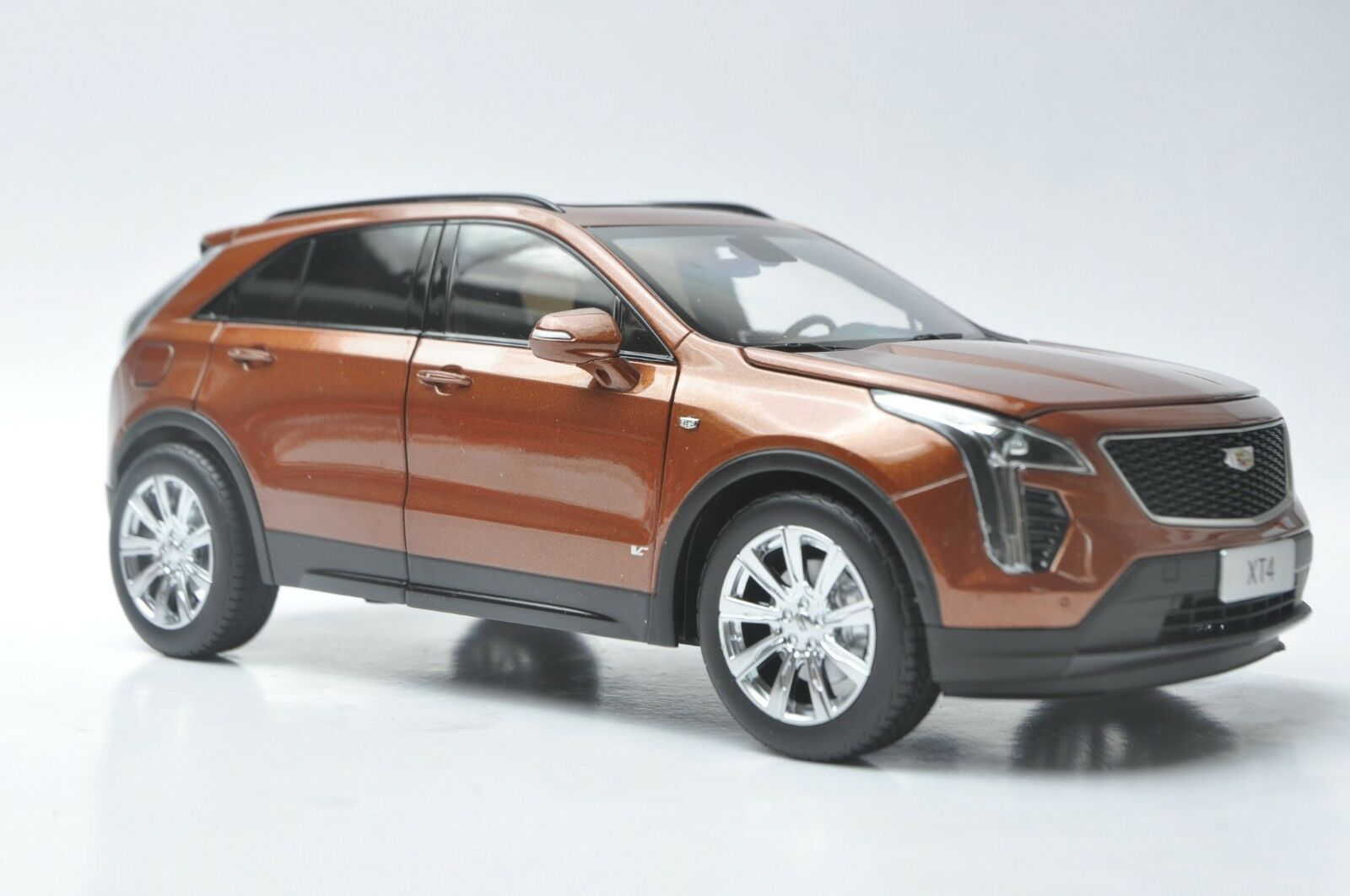 Cadillac XT4 voiture model in scale 1  18 Autumn Metallic  les promotions