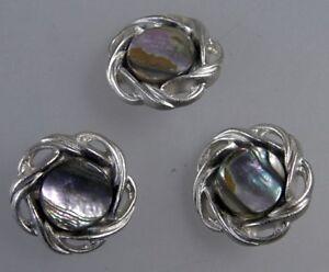 Neugablonz-3-Knoepfe-echtes-Perlmut-24-mm-um-1970-31566