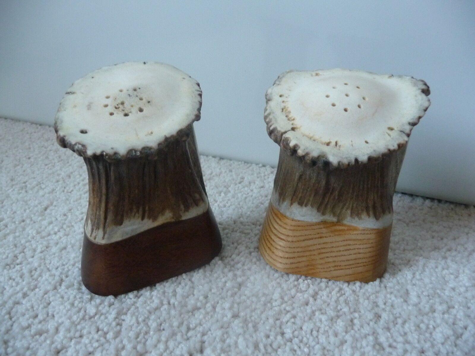 Salière et poivrière de bois ou corne et bois (environ 3.5  de hauteur)