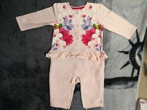 Initiative Ted Baker Bébé Fille Ange Sleepsuit Taille 9-12 Mois-afficher Le Titre D'origine